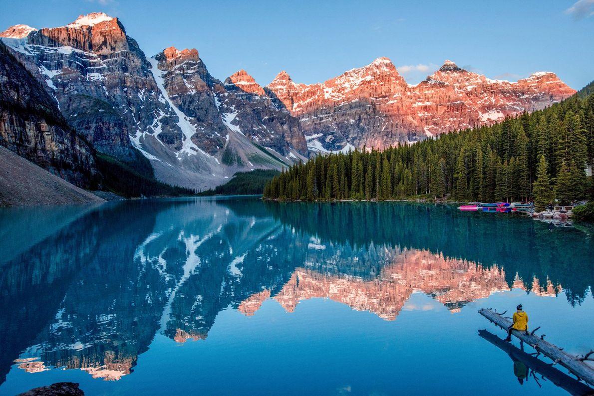 """Em Alberta, no Canadá, uma vista incrivelmente espelhada da montanha reflete-se no lago Moraine. """"Embora este ..."""