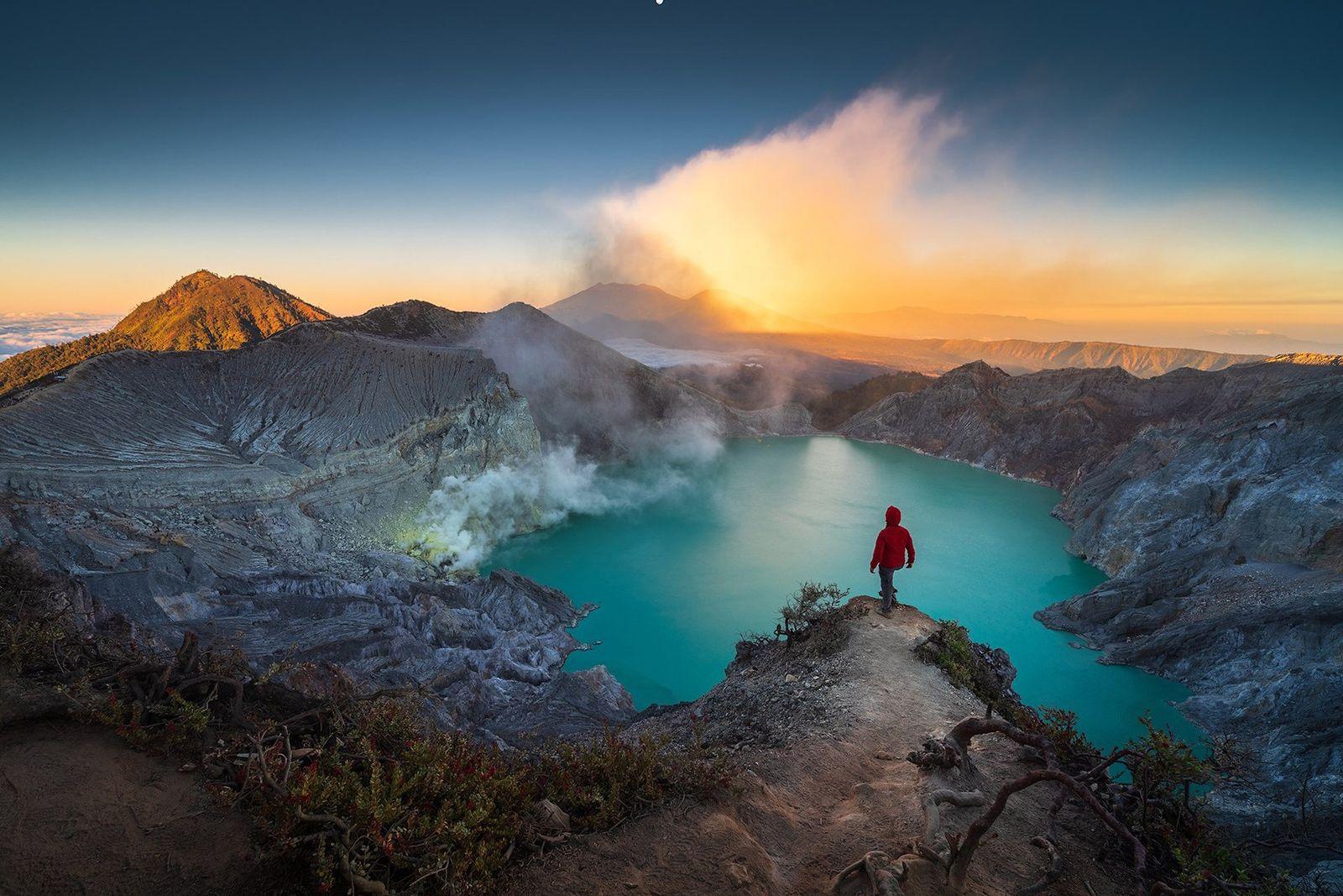 Um lago de águas leitosas, numa cratera altamente ácida, no topo do vulcão Kawah Ijen, em ...