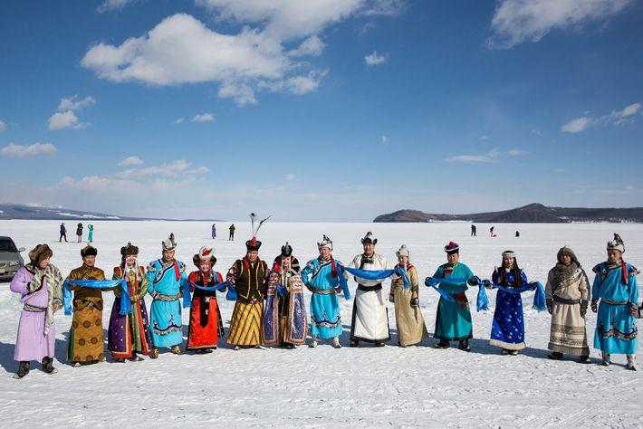 Festivaleiros em trajes tradicionais que representam as vinte e uma regiões diversificadas da Mongólia, ou aimags. ...