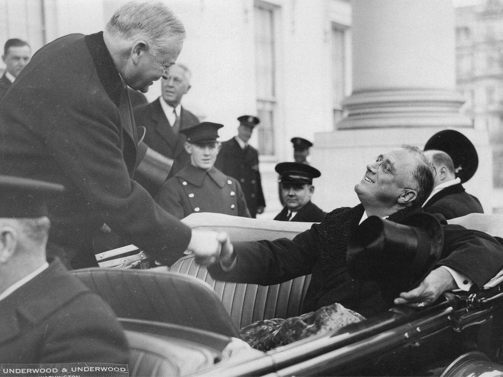 No dia 4 de março de 1933, o presidente dos Estados Unidos Herbert Hoover (à esquerda) ...