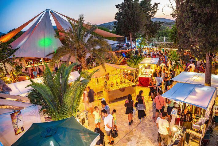 O Mercado Noturno Las Dalias tem mais de 100 bancas com artesanato da região.