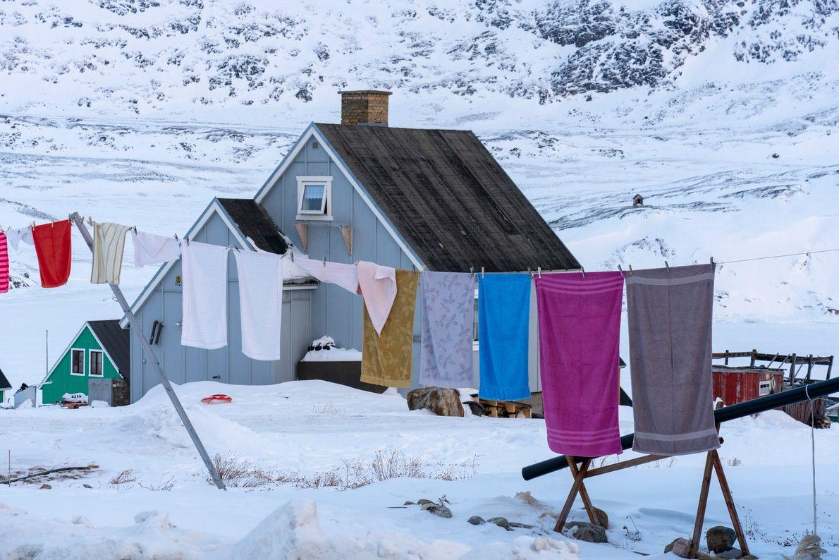 Roupa estendida perto de uma casa, em Qasigiannguit, na zona oeste da Gronelândia.