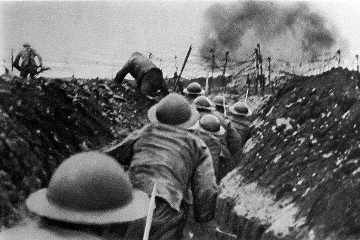 Nesta fotografia captada em 1916 vemos soldados ingleses a sair das suas trincheiras durante a Ofensiva ...