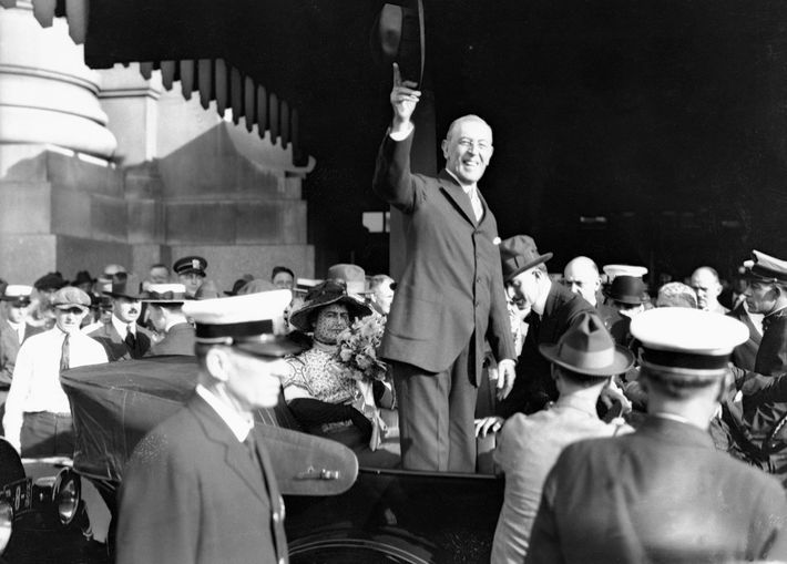 Em 1919, o presidente Woodrow Wilson discursou para uma multidão, em St. Louis, no Missouri, durante ...