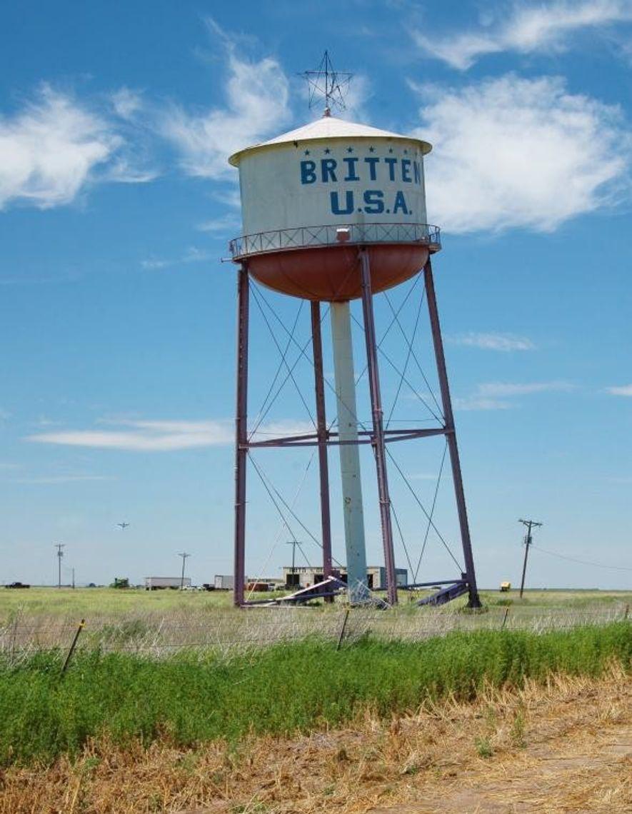 A Britten Leaning Water Tower, situada em Groom, no Texas, foi comprada em leilão por Ralph ...