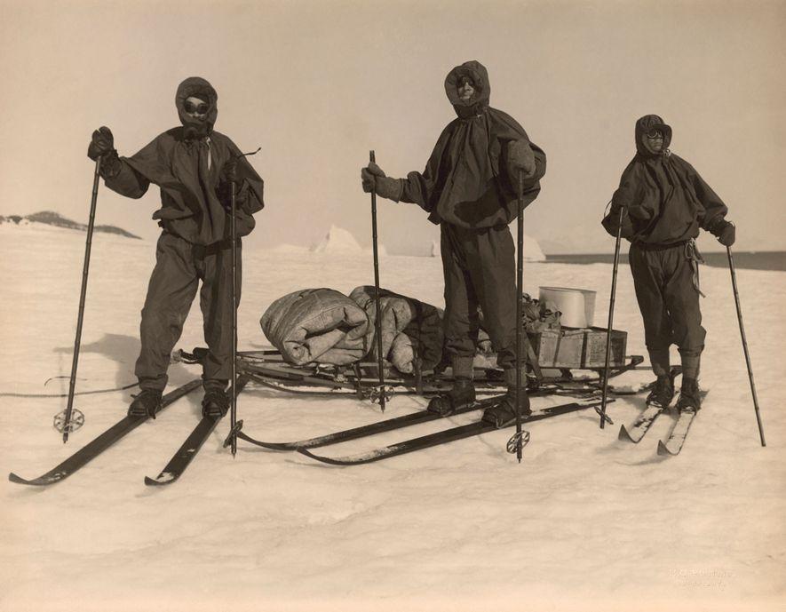 Membros da equipa britânica praticam ski na Antártida comandados por Robert Falcon Scott em 1910 para ...