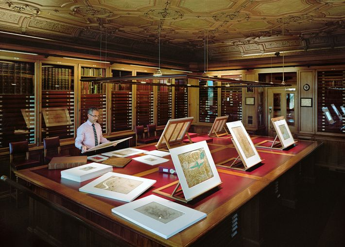Martin Clayton estuda um desenho de Leonardo na Sala de Gravuras (controlada termicamente), no Castelo de ...