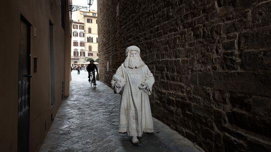 Valter Conti, a passear por uma das ruas estreitas de Florença, começou a posar como Leonardo ...
