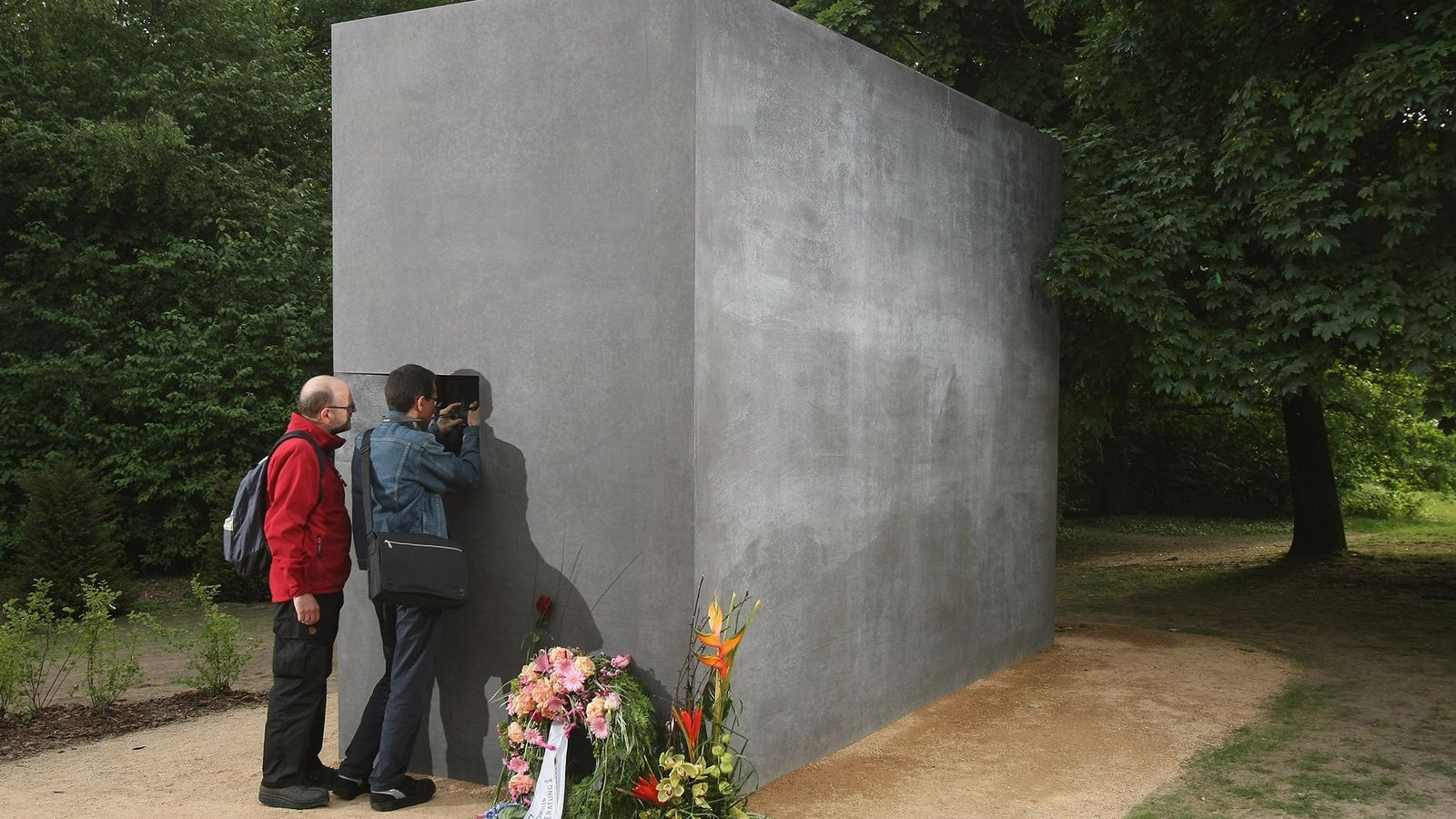 Em 2008, Berlim revelou o Memorial aos Homossexuais Perseguidos Durante o Nazismo, em homenagem aos milhares ...