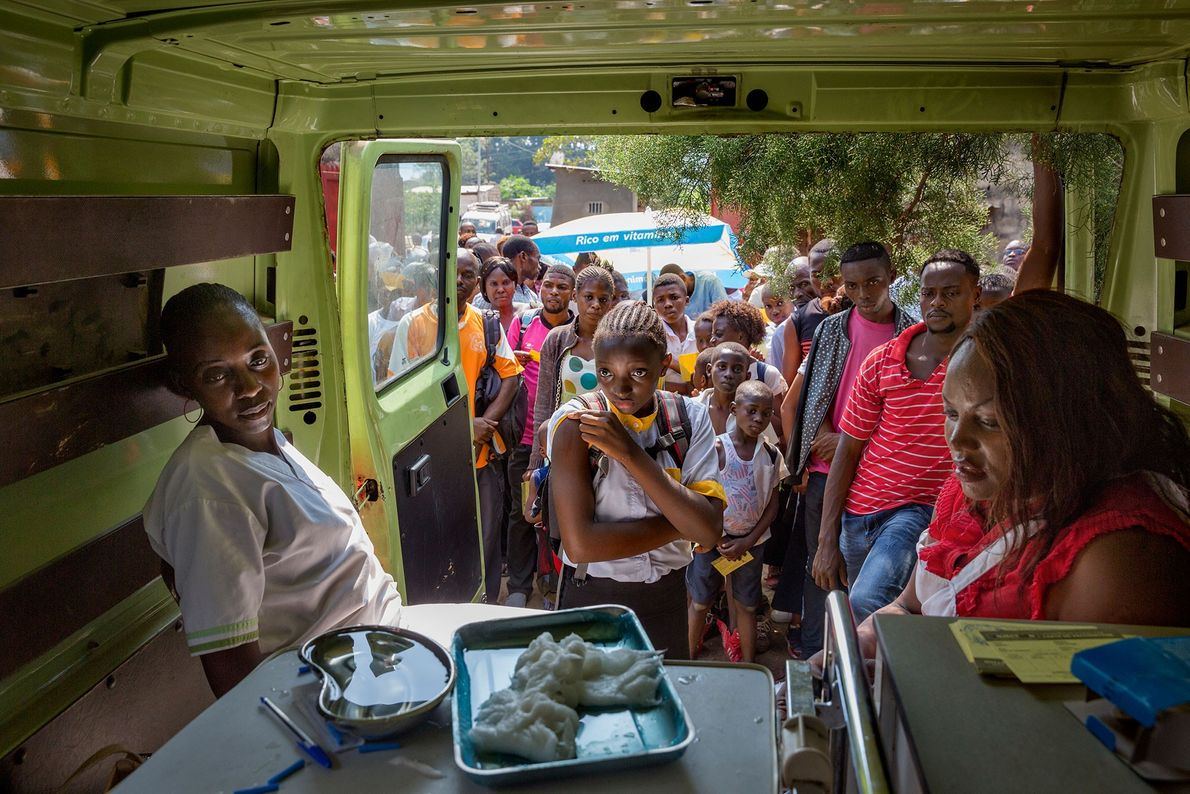 Na República Democrática do Congo, com um surto de febre amarela a propagar-se da vizinha Angola ...