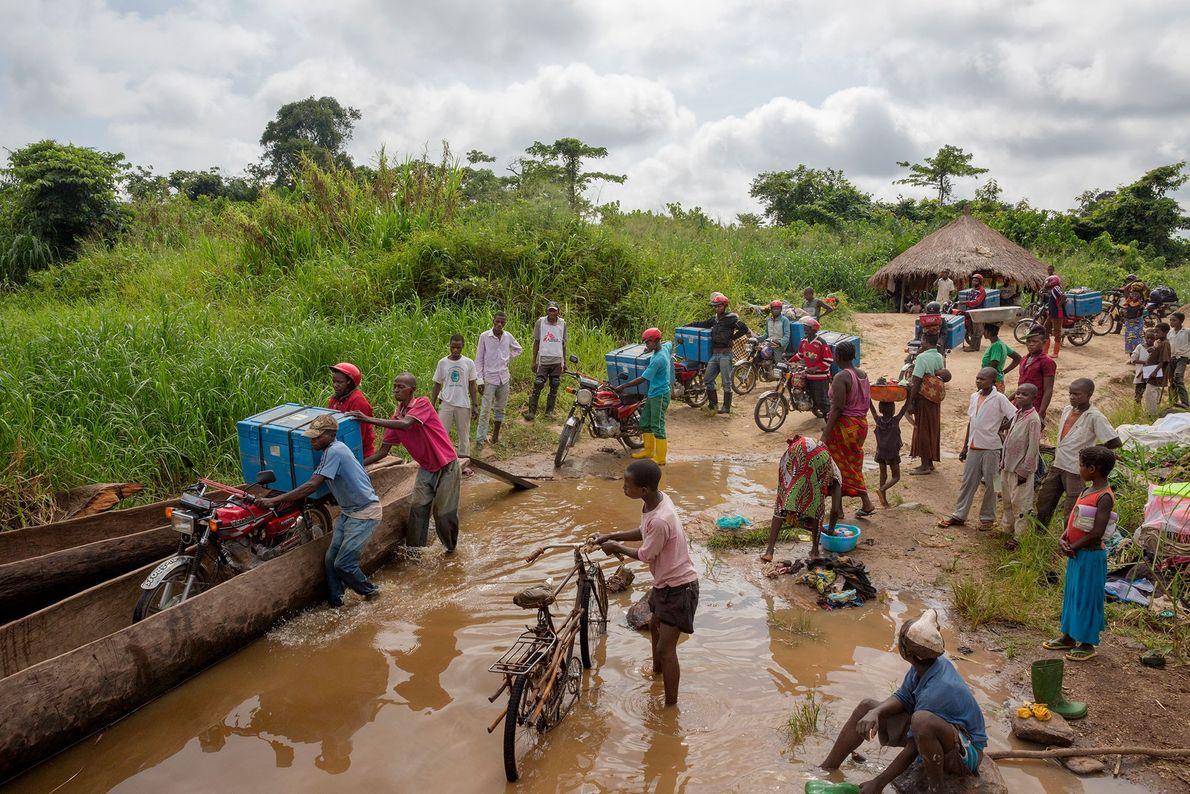 Na República Democrática do Congo, para combater um surto de sarampo, os trabalhadores da ONG Médicos ...