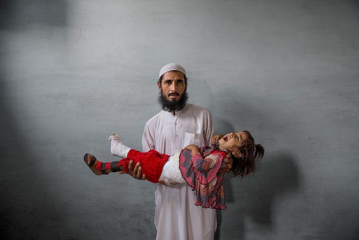 Ghulam Ishaq é lojista em Karachi e não confiava na vacina contra a poliomielite. Agora culpa-se ...
