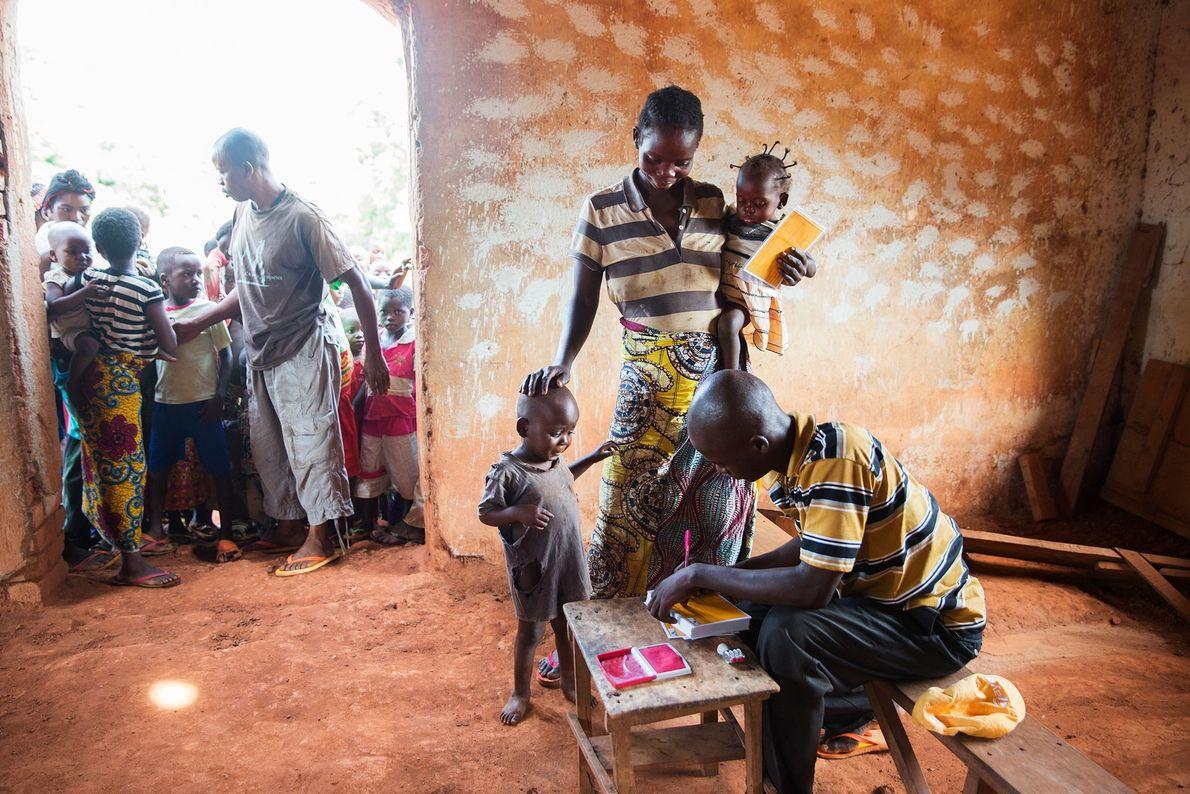 Uma mãe congolesa leva os seus filhos às vacinas, numa igreja da aldeia de Nzerret.