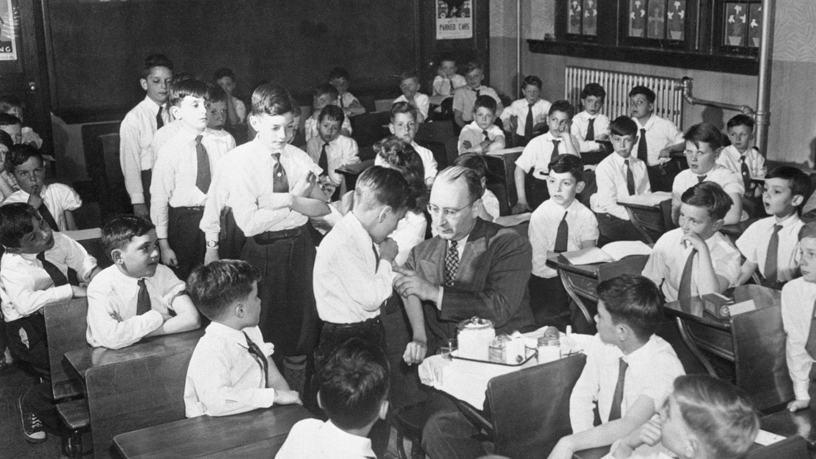 Em abril de 1947, na Escola Católica St. Joan of Arc, em Queens, Nova Iorque, os ...