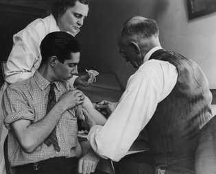 Em março de 1938, em Gasport, Nova Iorque, um médico da escola e uma enfermeira do ...