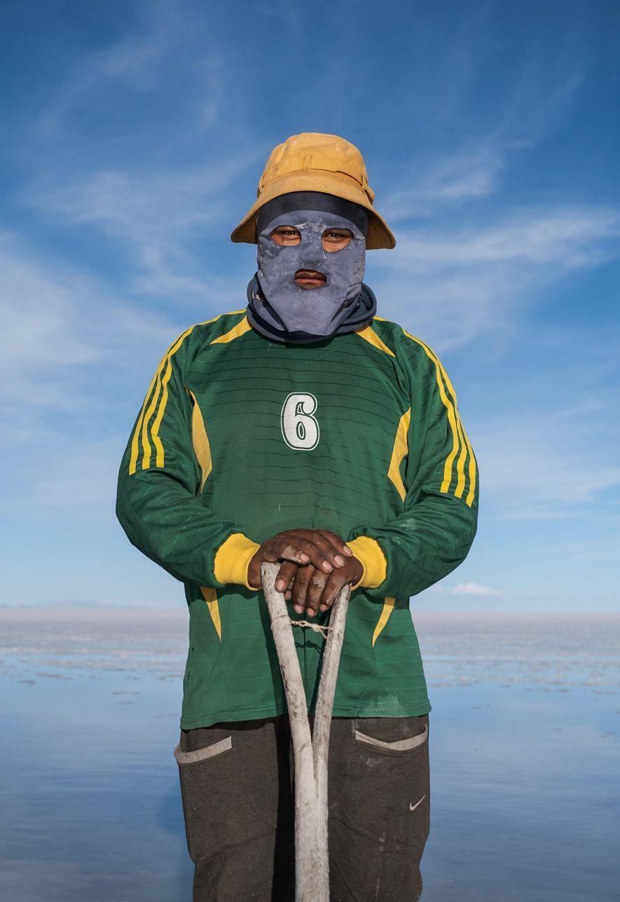 Wilmer Flores, com o rosto tapado para se proteger das queimaduras solares, apanha sal perto das ...