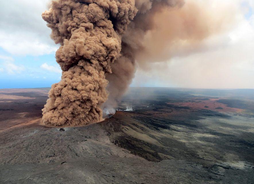 Uma coluna de fumo denso, em tons de castanho avermelhado, ergue-se no ar, após um abalo ...