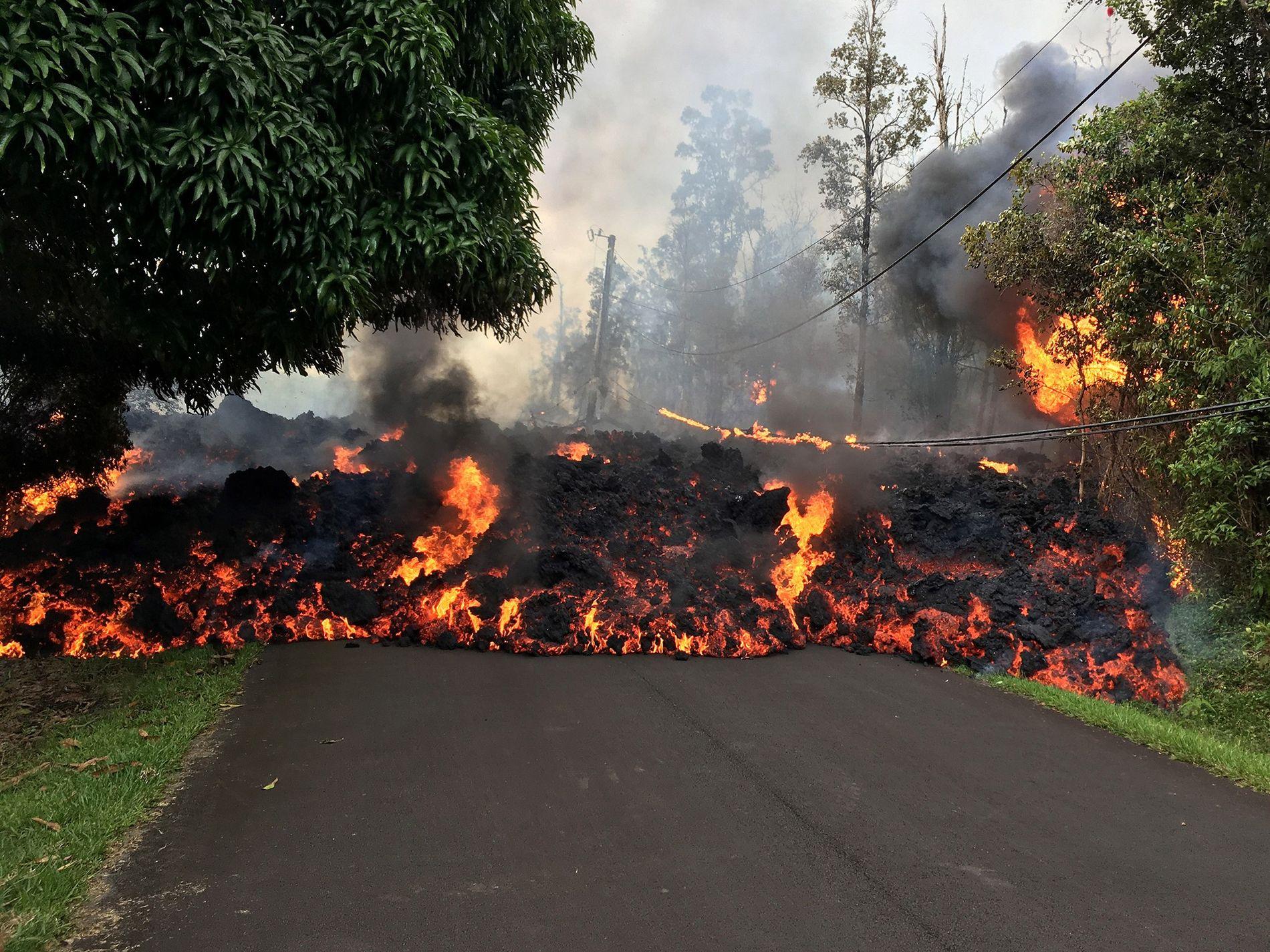 Uma corrente de lava avança em Makamae Street na Ilha Grande, no Havai.