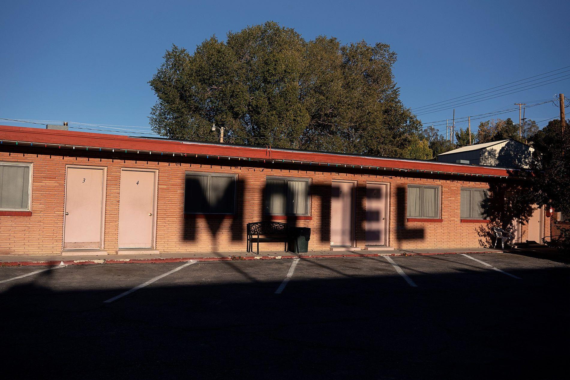 Sombras erguem-se sobre o Motel Desert-est Motor, no Nevada. Antes de ser conhecida como a estrada ...