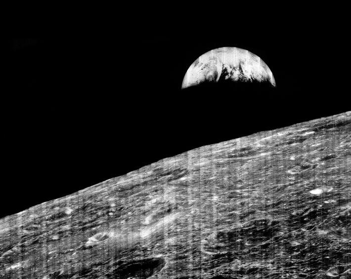 """A Terra """"ergue-se"""" sobre a lua na famosa fotografia tirada pelo Orbitador Lunar 1."""