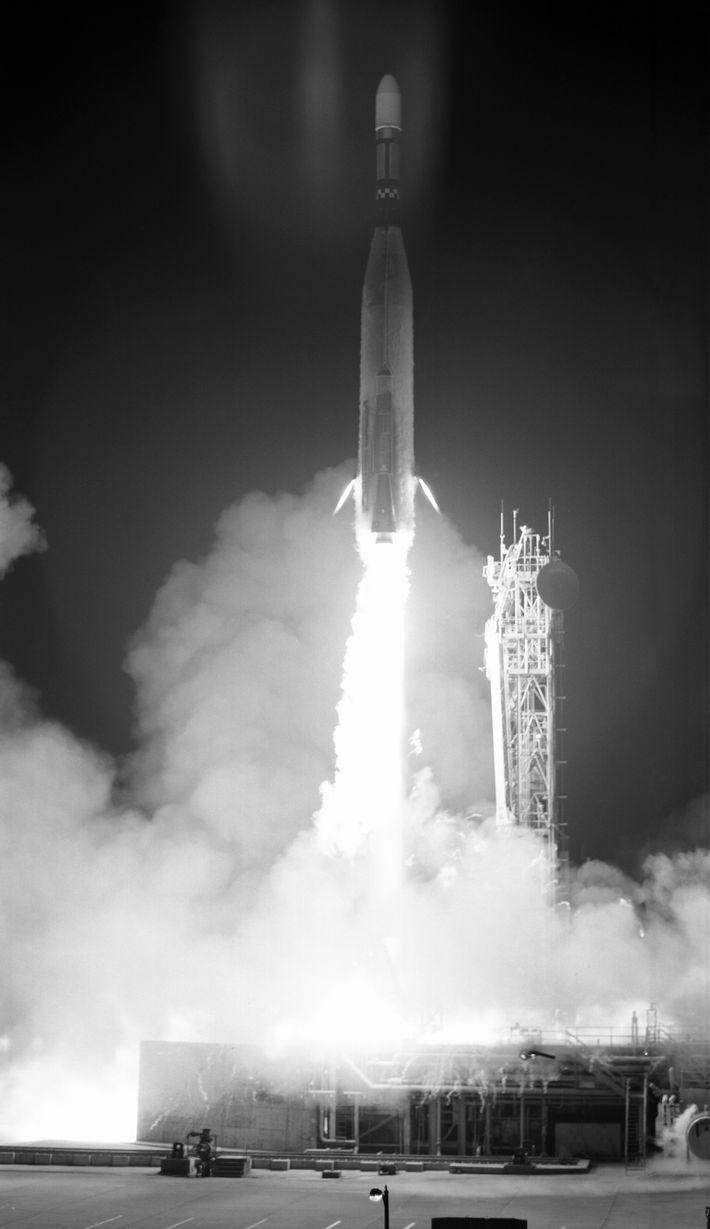 O foguetão que transportava o Orbitador Lunar 3 a descolar de Cabo Canaveral.