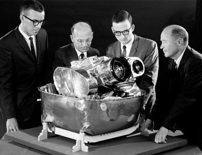 Da esquerda para a direita, Cliff Nelson, Calvin Broome, Israel Taback e Joe Moorman, da NASA, ...