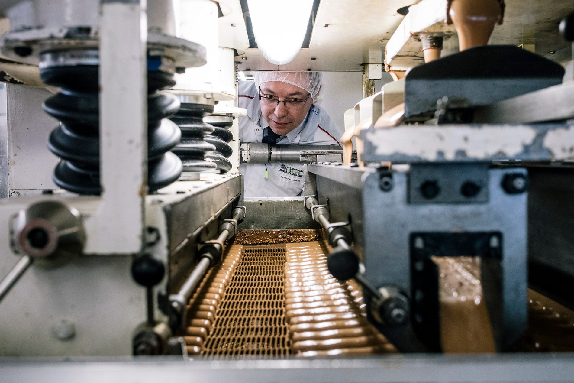Os viajantes podem ver como o chocolate é produzido e provar doces em Broc, na Suíça.