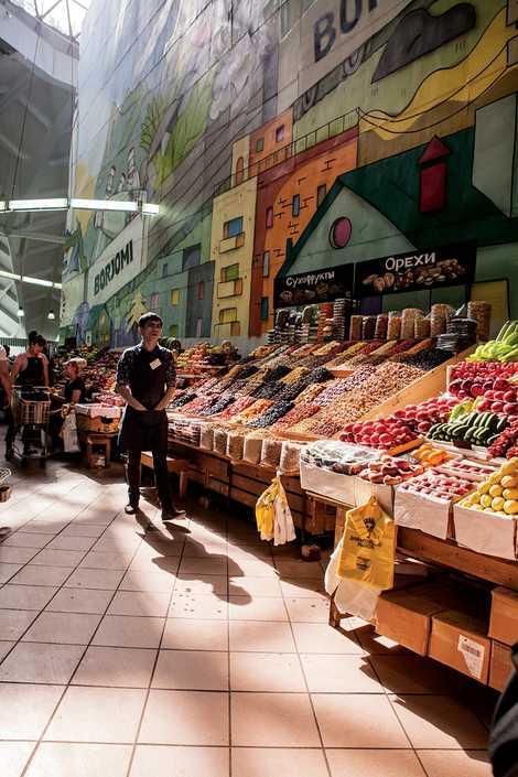 As bancas de fruta do mercado Danilovsky de Moscovo oferecem uma explosão de cores e sabores.