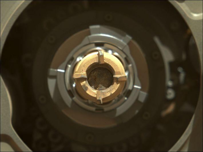 Este pequeno cilindro de rocha – aqui mostrado no interior da sonda de perfuração do rover ...