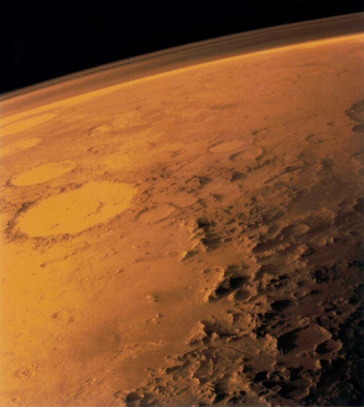 A atmosfera de Marte tem quase um centésimo da densidade da atmosfera da Terra. É visível ...
