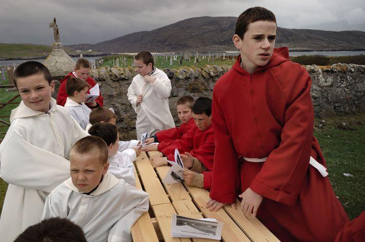 Retrato de meninos reunidos após missa na ilha de Barra