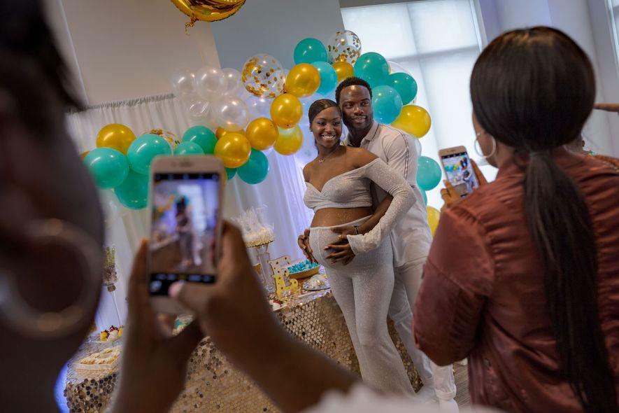 Com 34 semanas de gravidez, Brittany Capers, de 28 anos, e DeAndre Price, de 25, fazem ...