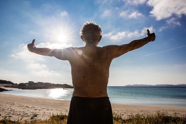 Morandi pratica tai chi na praia de manhã