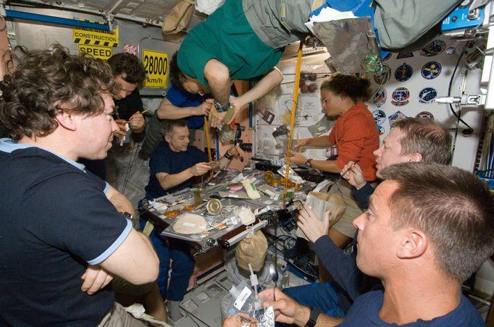 Em julho de 2009, o vaivém espacial Endeavour acoplou na EEI, levando à presença do maior ...