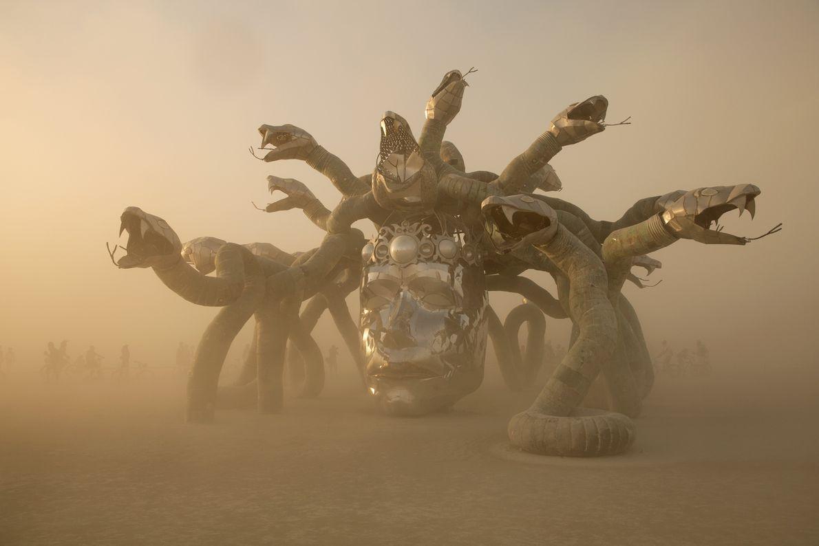 O sol põe-se na instalação da cabeça de Medusa