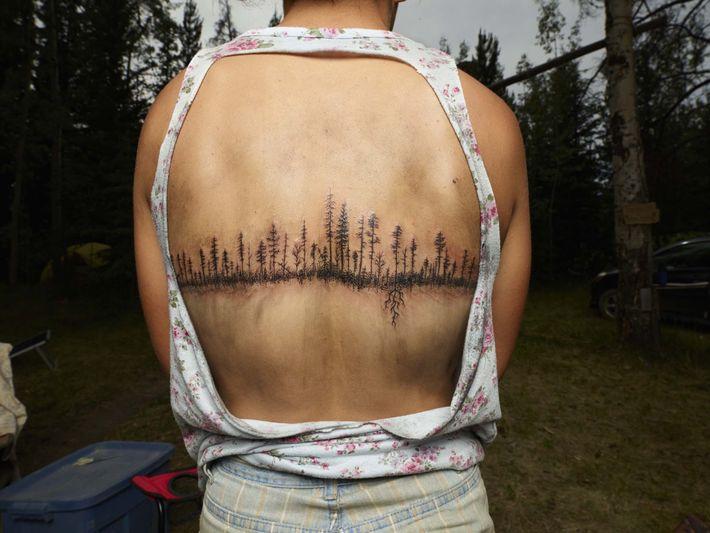 """Megan Webster mostra a sua """"tatuagem de árvore"""" feita pelo artista e companheiro de plantação de ..."""