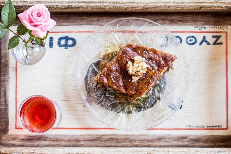 """""""Melachrino"""", um bolo de noz denso e humedecido com Kitron (bebida espirituosa à base de cidra), ..."""