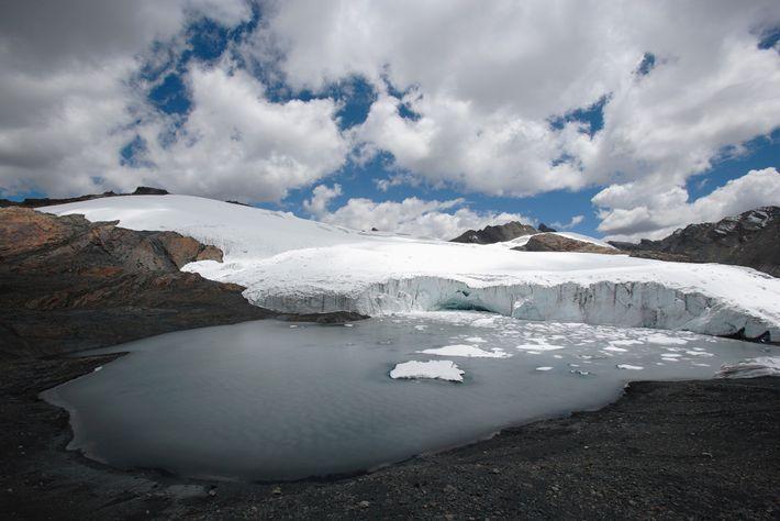 Um lago glacial, na base do Glaciar Pastoruri, nos Andes peruanos. Os glaciares são uma fonte ...