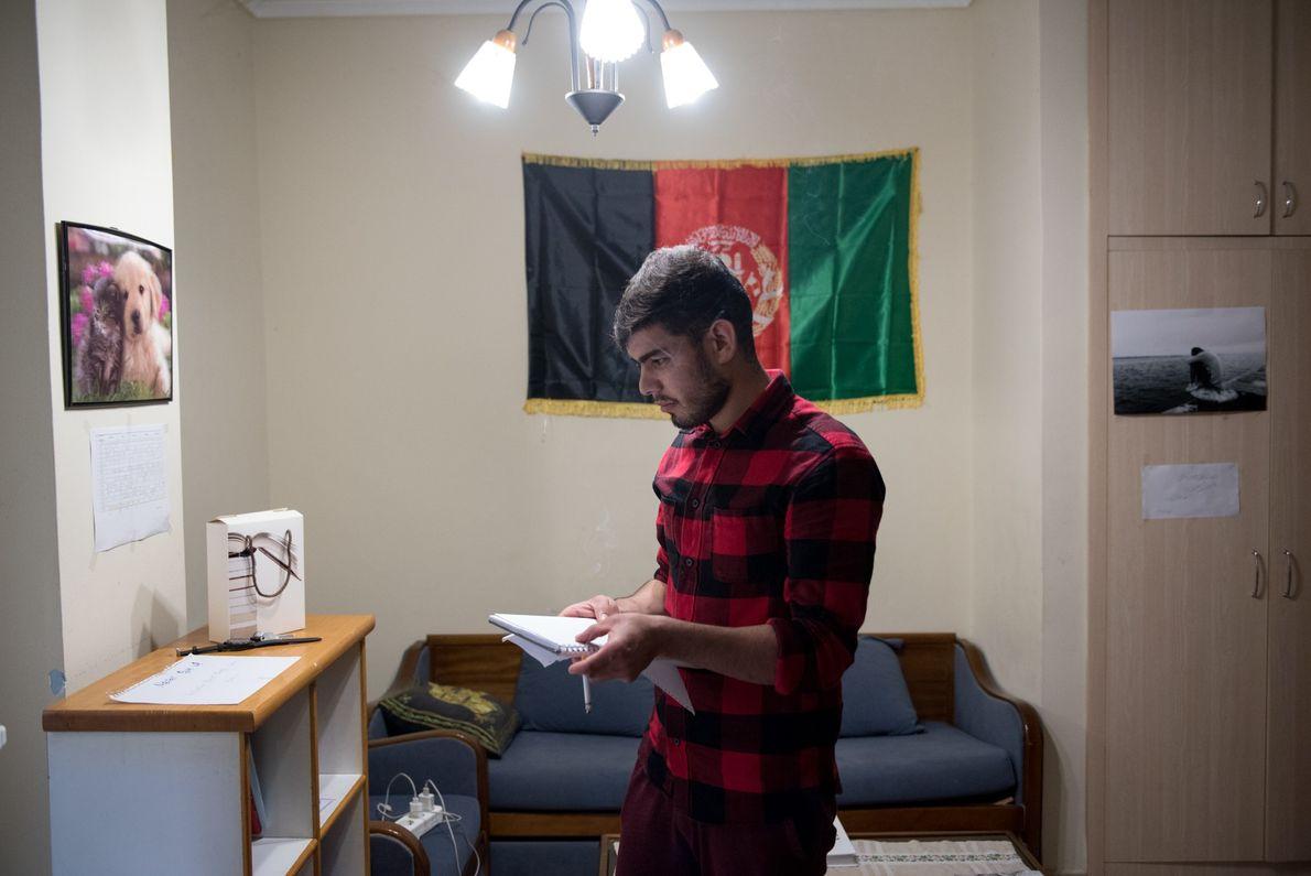 Gulab Rahimi, refugiado afegão de 20 anos que vive em Thessaloniki, na Grécia, conseguiu terminar o ...