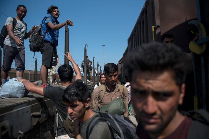 Antes do surto de coronavírus, dezenas de migrantes e refugiados reuniam-se na estação de comboios de ...