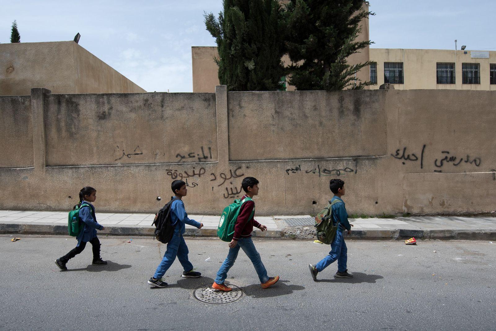 O pai destas crianças não pode trabalhar e a mãe é analfabeta, mas os filhos da ...