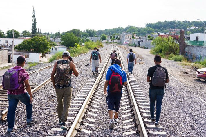 Migrantes que passaram a noite no abrigo Casa del Migrante, em Saltillo, no México, caminham pelos ...