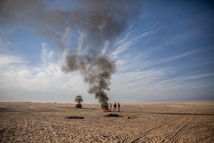 Presos no deserto, longe de Agadez, no Níger, depois de o camião se ter avariado, migrantes ...