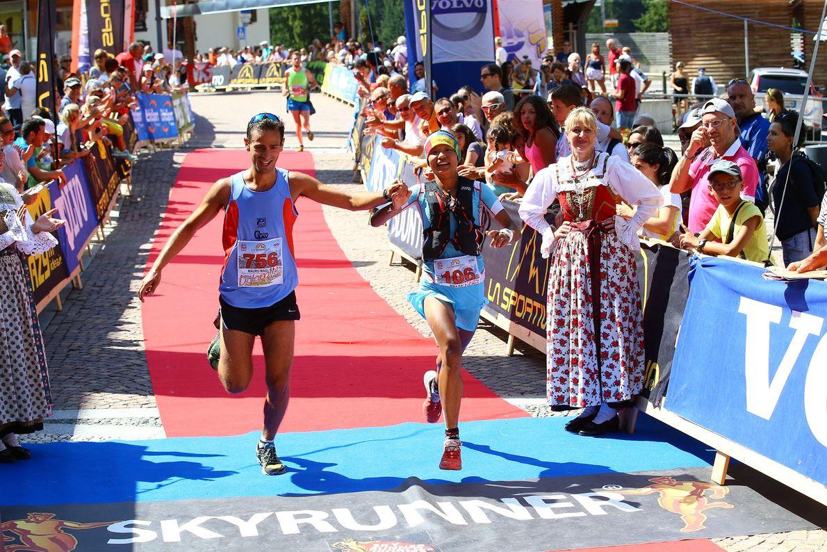 Imagem da atleta Mira Rai a cortar a meta na corrida de Dolomites, em Itália