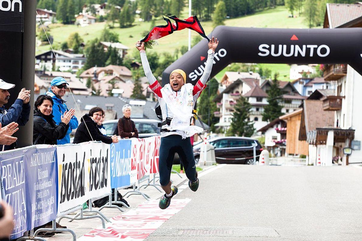 Imagem da atleta Mira Rai a cortar a meta na corrida de Sellaronda Trail Running