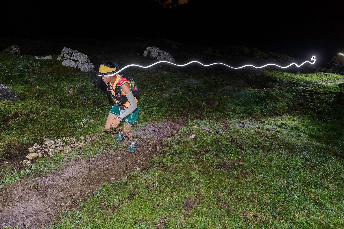 Imagem da atleta Mira Rai à noite Itália.