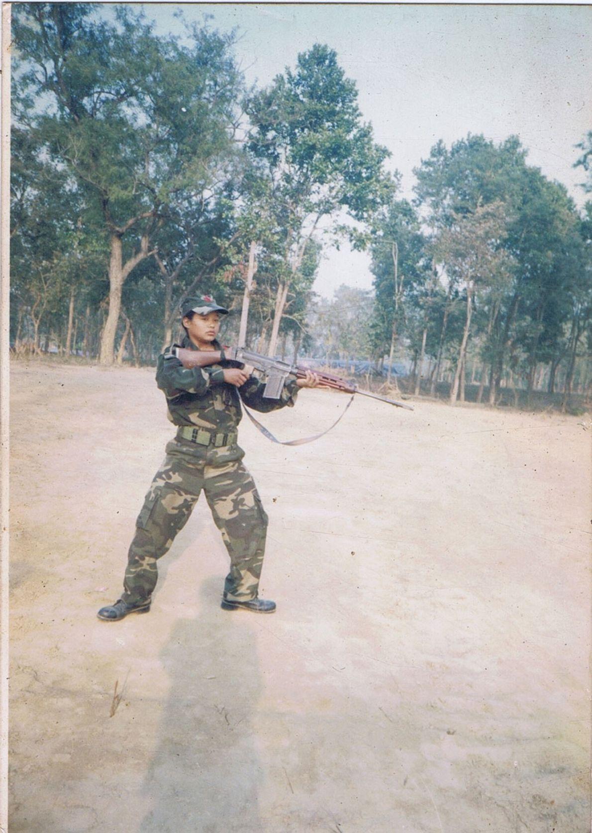 Imagem da Mira Rai vestida como um soldado
