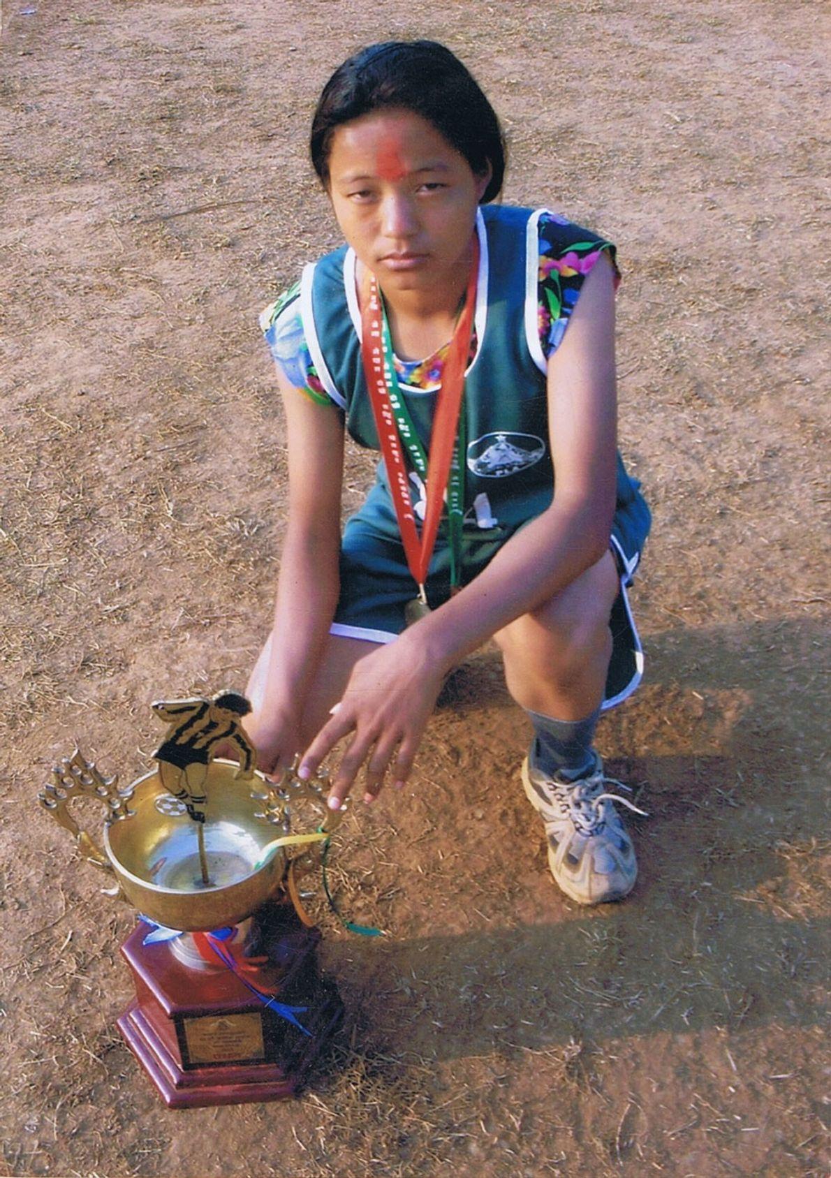 Imagem da Mira Rai mais nova após ter vencido uma corrida.