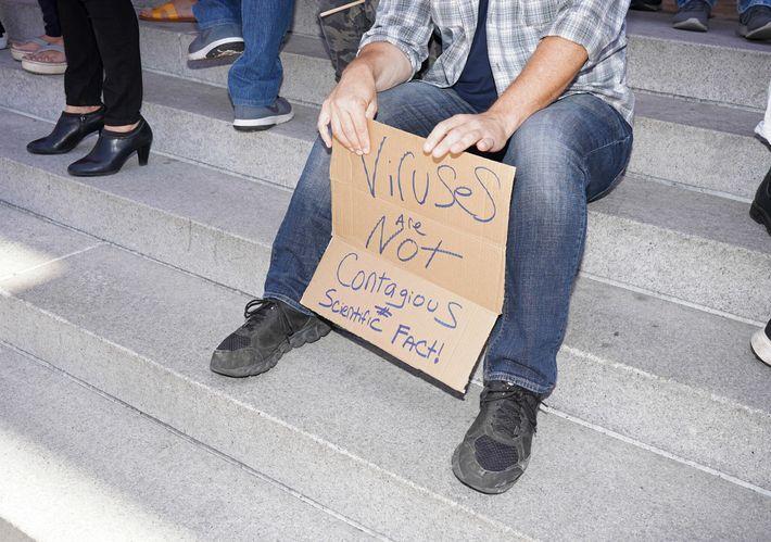 Um manifestante num comício anti-confinamento na baixa de Los Angeles, no dia 13 de julho de ...