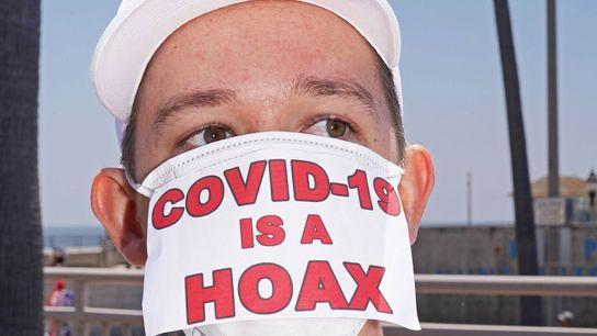 Um manifestante num comício anti-confinamento em Huntington Beach, na Califórnia, no dia 1 de maio de ...